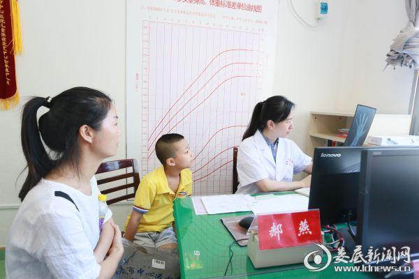 华中科技大学同济医院儿科医学博士赫燕教授正在阅片