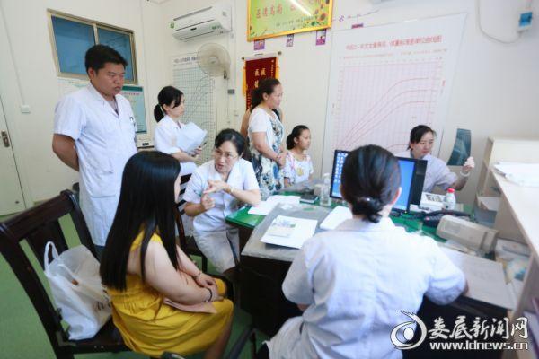 市中心医院二十三病室主任、儿科主任医师姜新萍教授正在问诊