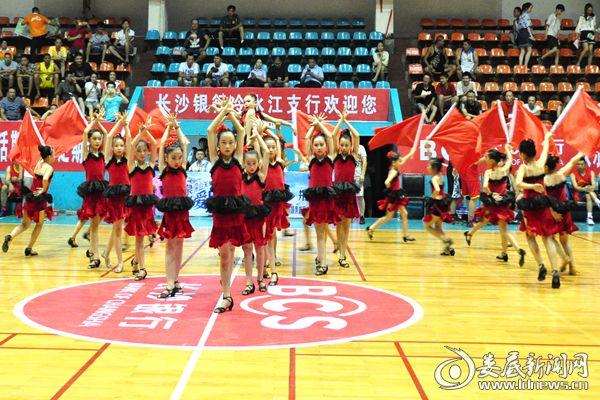 (体育舞蹈运动员啦啦队精彩表演。熊又华 摄影)DSC_5008_