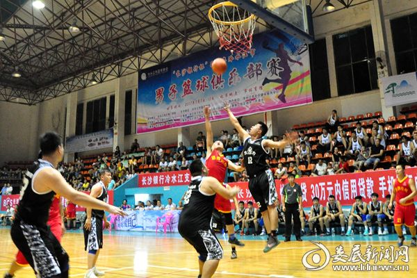 (8月8日晚,冷水江市男子篮球俱乐部赛比赛现场。熊又华 摄影)DSC_5058_