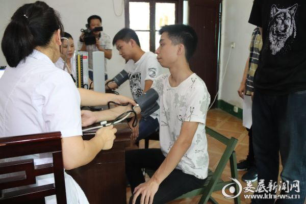 2017兵役青年进行血压体检