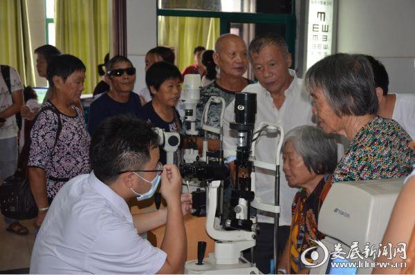 娄底爱尔眼科医院五楼医务科检查室内围满了等候复查的白内障患者