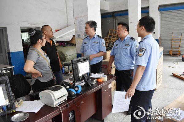 民警检查快递公司登记情况[1]_看图王