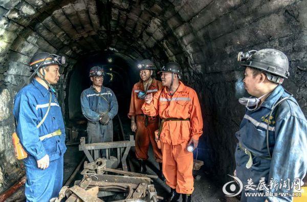 杨建平同煤矿职工在矿井交流