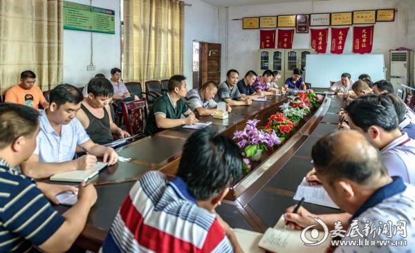 杨建平在煤矿给职工上培训课
