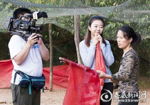 007  央视记者在采访训练野鸡奔跑用的红旗