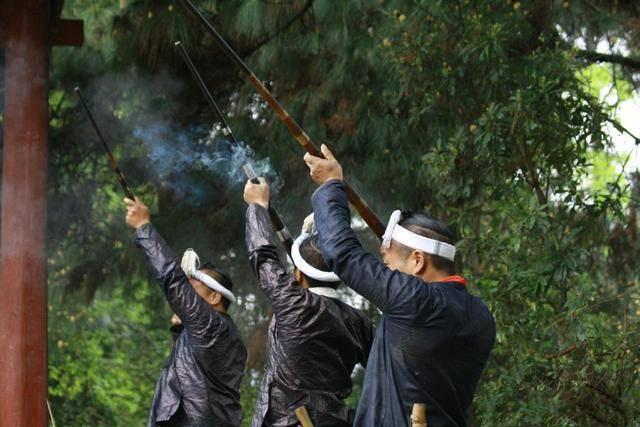 中国五大原始部落 可持枪可一夫多妻