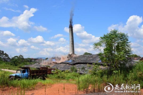 35米高的烟囱轰然倒塌