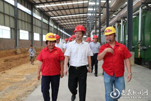 听了鑫达耐材负责人的情况介绍后,李荐国很高兴,他说,希望企业不断扩大生产规模,不断加大研发投入
