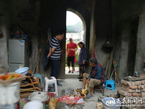 (冷水江市总工会结对帮扶贫困谢元意户目前的生活状况。)0536