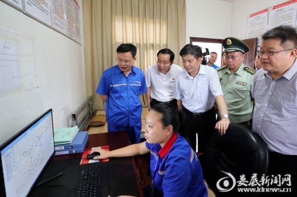 李荐国察看新源石油运输公司娄底分公司的卫星定位安全运营视频监控系统