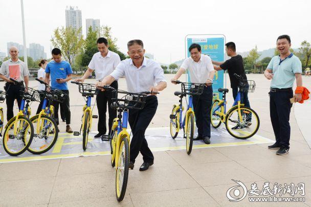 市人大副主任赵应良试骑共享单车