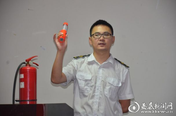 教官示范、指导各类消防器材的正确使用方法