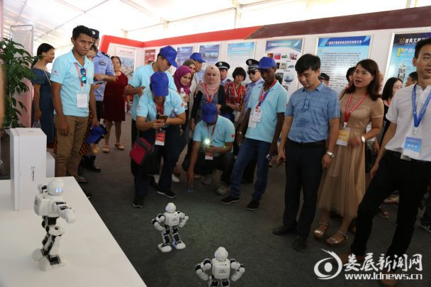 <p>外宾在万宝新区展馆内观看颐高机器人表演</p>