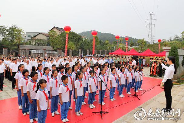 少先队员面向纪念碑,唱响《我们是共产主义接班人》