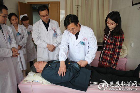 李红辉(右二)在查房