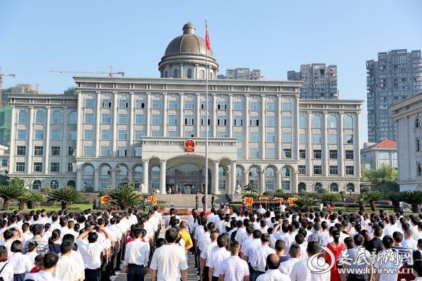 10月1日上午,娄底市举行升国旗仪式,庆祝新中国成立68周岁生日