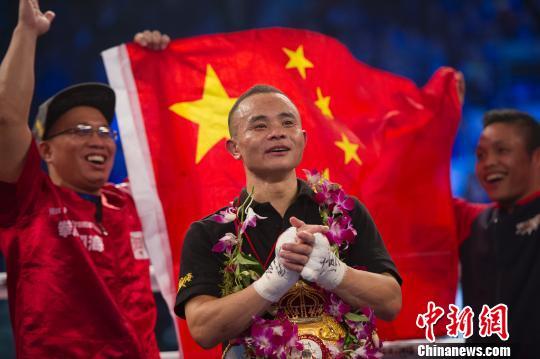 熊朝忠击败泰国拳手潘亚后,现场观众齐唱生日歌送祝福。 韦亮 摄