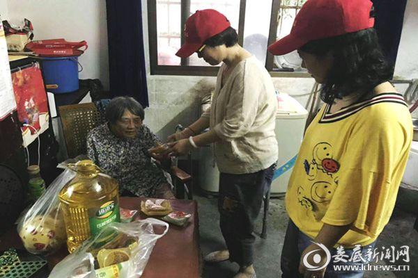 (湖南博长工会博长结对帮扶志愿者看望了孤寡老人。)DSC_7588_