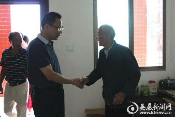 1邓志洪(右二)走访慰问敬老院老人