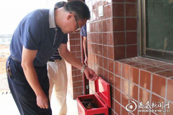 3邓志洪察看敬老院的消防设施