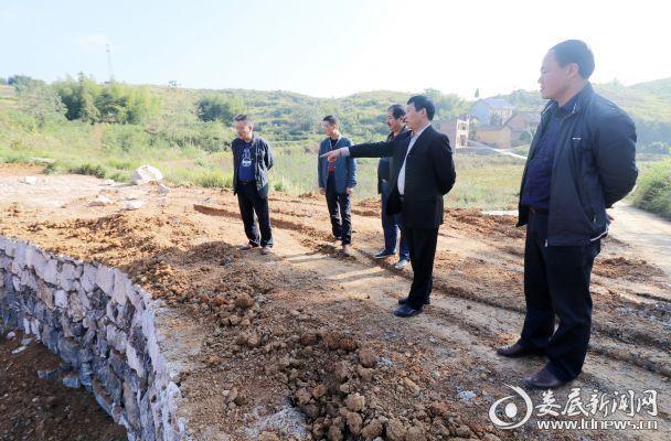 2017年10月20日,湖南省涟源市教育局党组书记、局长石进科(右二)在涟源市龙塘镇副镇长张建新(右一)的陪同下在繁荣村检查基础设施建设。
