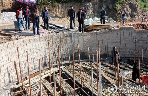 2017年10月20日,湖南省涟源市教育局党组书记、局长石进科在涟源市龙塘镇繁荣村检查基础设施建设。