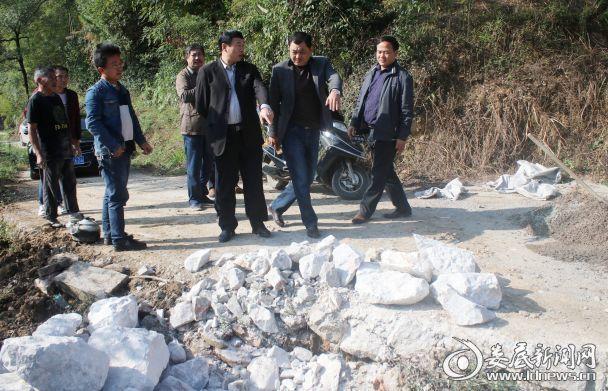 2017年10月20日,湖南省涟源市教育局党组书记、局长石进科(右三)在涟源市龙塘镇繁荣村检查基础设施建设。