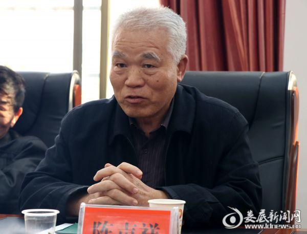 该局退休干部党支部书记、71岁的老党员陈声祥带头发言。