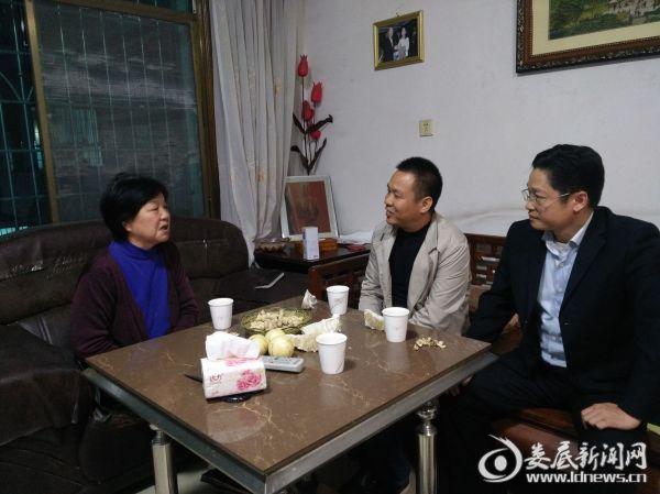 图为重阳节前后李华同志带队走访慰问退休干部。
