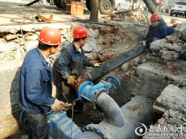 钢城路给水主管安装作业中 摄影 邓敏