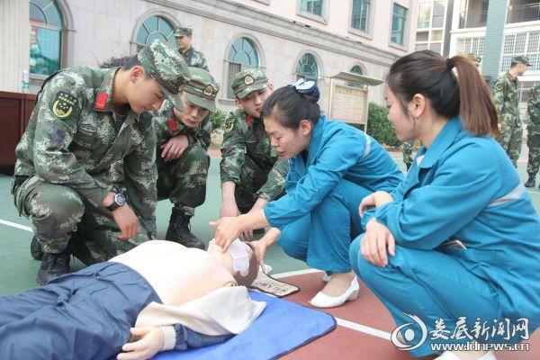 120急救站护士长王旭容为武警讲解人工呼吸技巧.