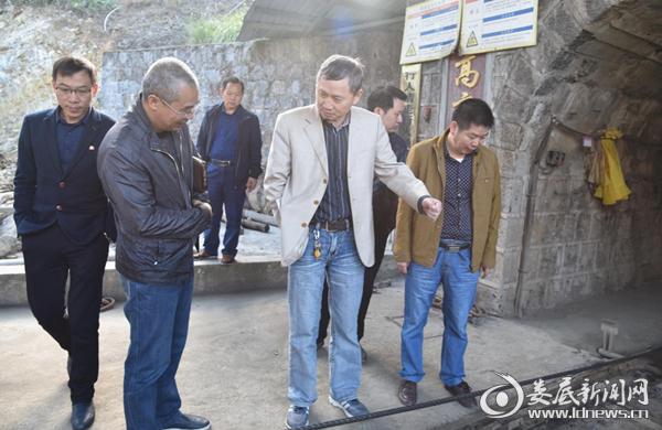 曾平江督查狮子山锑业安全生产工作。