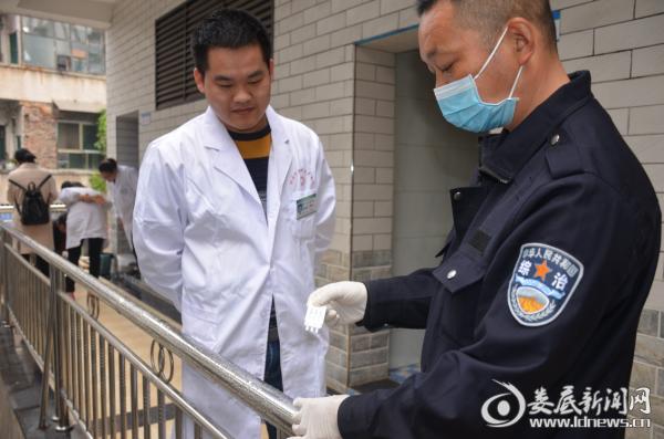(桥头河镇中心卫生院医务人员正在接受现场检测)