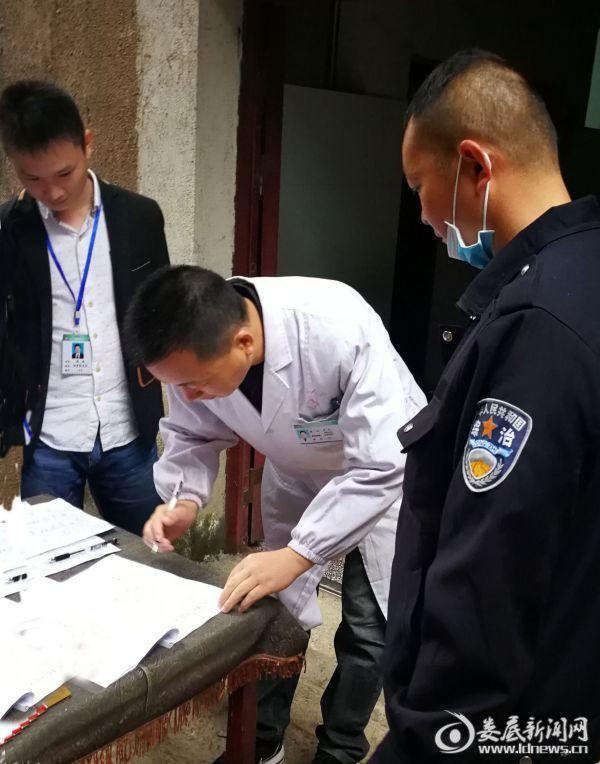 三医院医护人员进行尿液检测