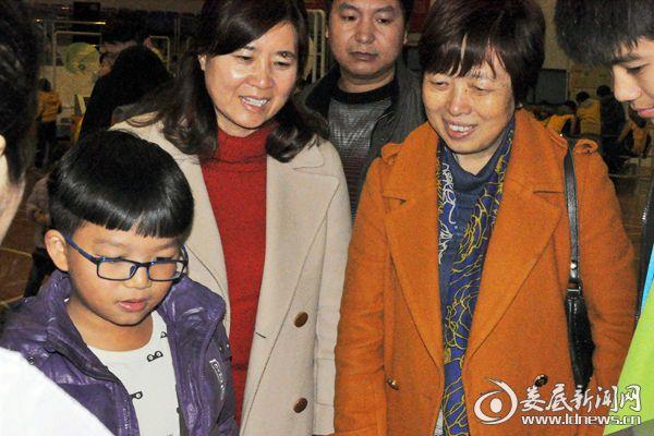 (冷水江市委常委、宣传部长姜海燕[左一]参观展览。熊又华 摄)DSC_8222