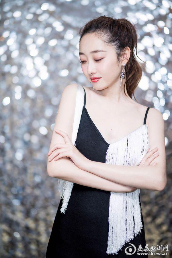 蒋梦婕黑白礼服优雅迷人