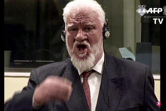 前波黑军官在海牙法庭进行审讯时,突然举杯喝下毒药,不治身亡。