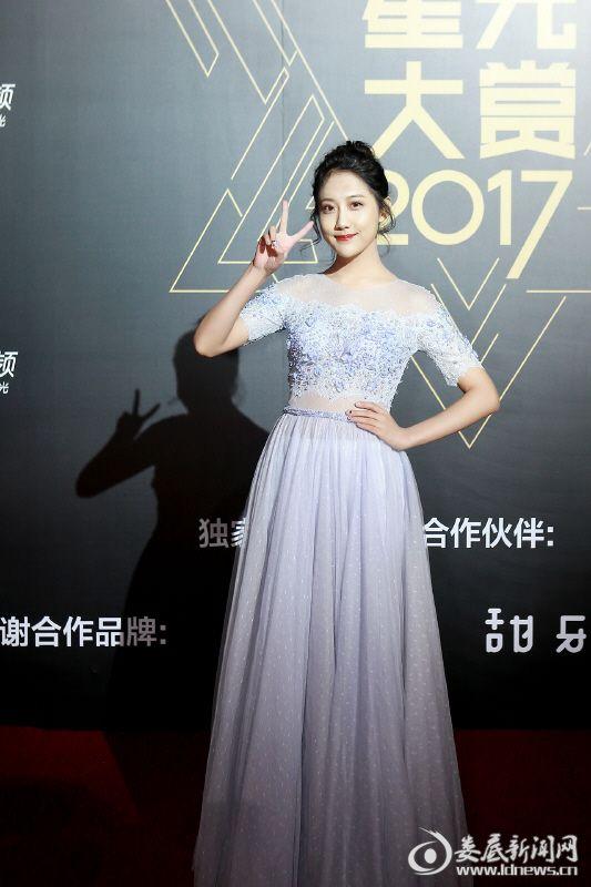 (SNH48李艺彤亮相星光大赏引爆人气 展现偶像能量)