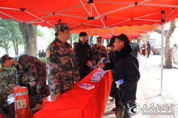 党组成员、副主任李鸿明现场解答民众的提问