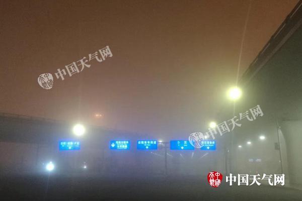 四川浓雾局地能见度不足50米 成都机场1万余人滞留