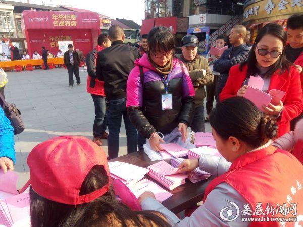 志愿者在发放宣传资料和登记新入会人员