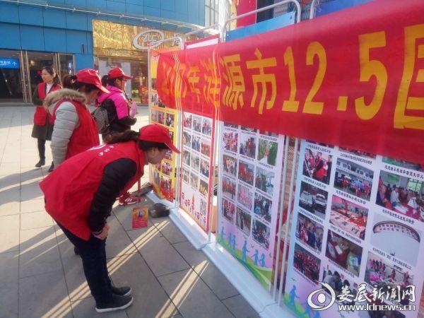 志愿者在找自己的相片
