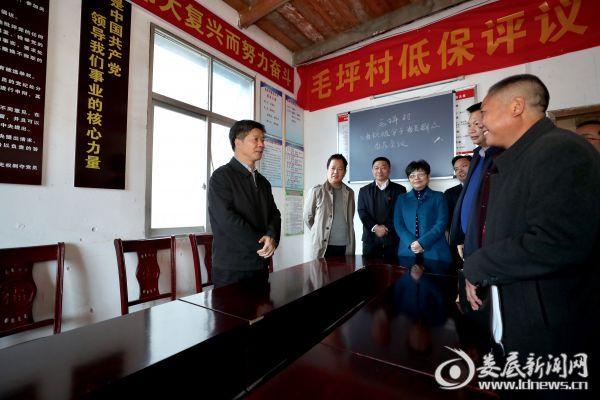 在坐石乡毛坪村,李荐国重点了解了该村的基层党组织建设工作