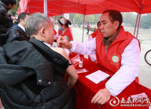 中医康复理疗科主任黎明为群众现场针灸
