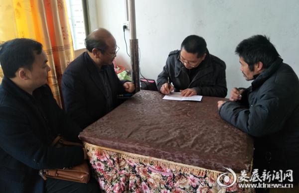 图为杨理斌一行走访慰问贫困群众邹柱林
