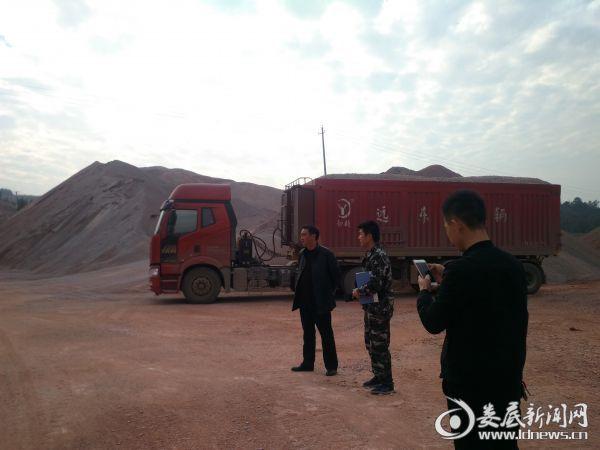 党委书记刘飞翔查看碎石场堆料场粉尘污染及安全隐患情况