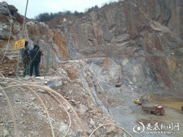 万宝镇镇长李洪亮排查碎石场采掘作业安全隐患 (2)