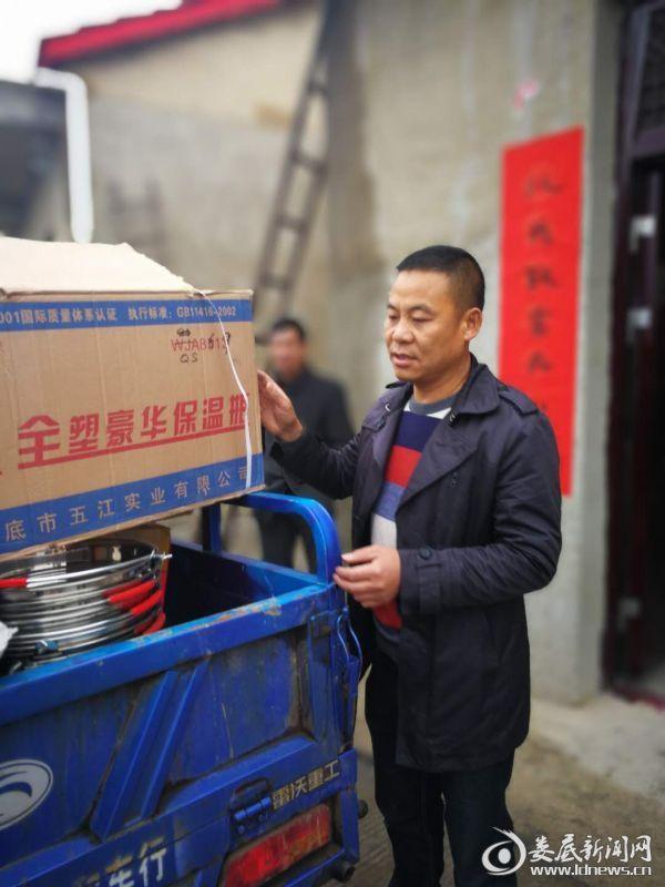 彭辉与他捐赠的物资