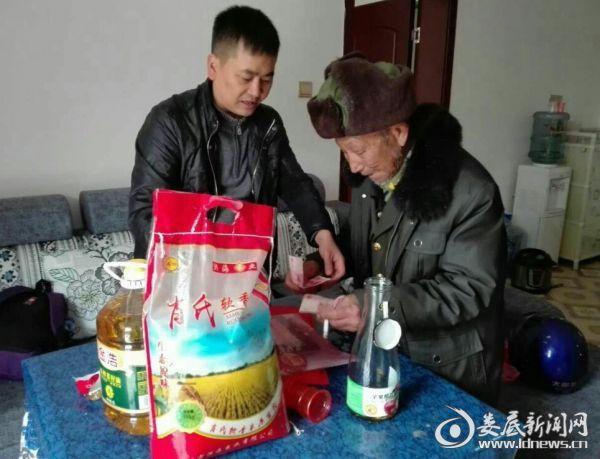 (为帮扶对象送上大米、植物油和慰问金)